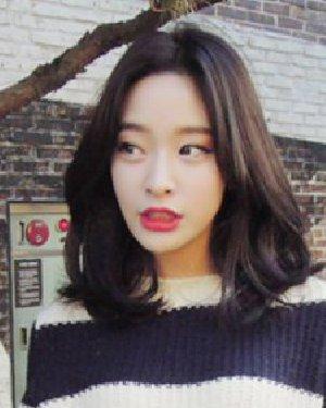 妩媚感的中长发卷发发型 韩式中长发最受欢迎
