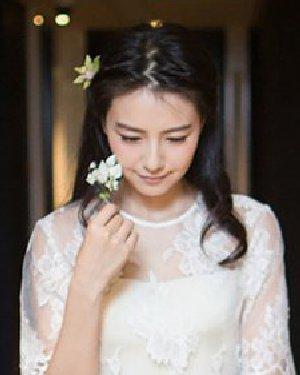 高圆圆赵又廷婚礼 花朵装饰的中分新娘发型