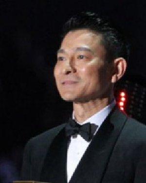 刘德华给EXO颁奖 帅气的分头发型尽显绅士风范