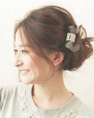 长卷发怎么扎好看 蓬松的盘发搭配时尚发饰图片