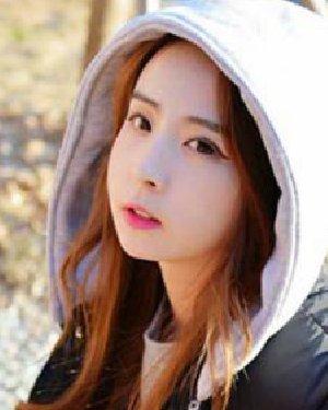 冬季女生甜美发型 好看韩式中分卷发发型图片