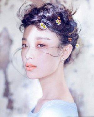 倪妮最新花瓣写真 示范森系新娘盘发