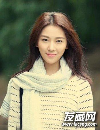 精致的鹅蛋脸型女孩,充满东方式的婉约气质,修颜中分发型,随性的文艺