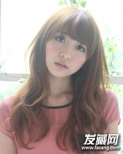 style   刘海侧卷,顺流而下的头发在锁骨处开始烫卷,减龄又修颜.