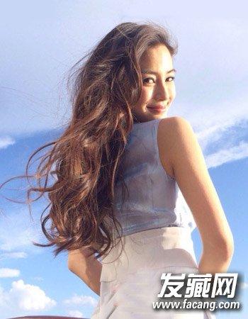 蓬松的大长卷发是不少女生的最爱,不对称的设计可以增加造型的图片