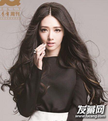 发型网 发型设计 卷发发型 > 中分波浪长发 适合鹅蛋脸女生的优雅发型图片