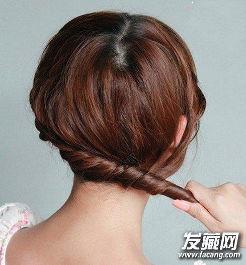 步骤九: 再把所有的头发合并在一起,扭成一股.