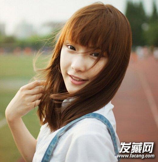 04 圆脸MM最适合的一款齐肩中长发,甜美的齐刘海更能凸显出可爱的圆脸蛋,有点蓬松的发尾,清新修颜。