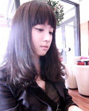 齐刘海中长发烫发发型 打造魅力时尚感图片