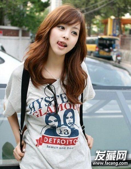韩系风的斜刘海发型,修颜又是尽显俏皮可爱感,搭配休闲穿着,瞬间变得