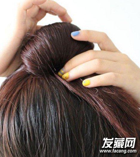 步骤五:做成一个扇子的发髻造型,如图所示,不要把头发蹦得太紧.