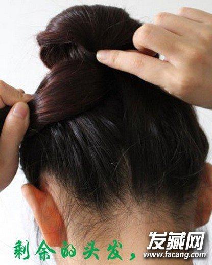 步骤六:把剩余的头发扎进马尾的牛皮筋里,再用一字夹固定发尾.