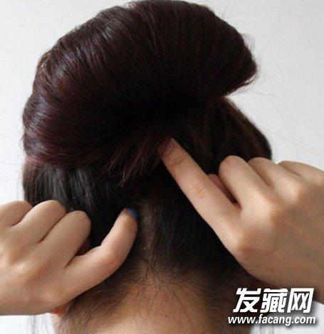 发型网 流行发型 韩式发型 > 韩式优雅花苞盘发diy步骤教程(5)  导读