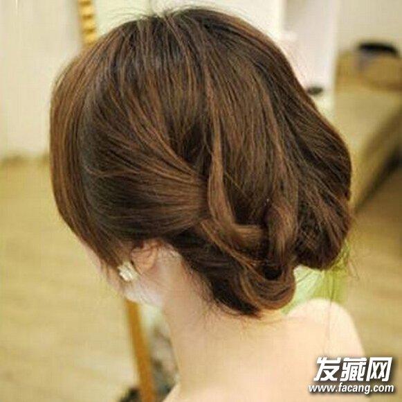 看,这是款晚宴复古气质简单盘发发型,中长发的美眉最适合的哦!