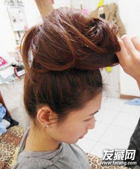 发型网 流行发型 丸子头发型 > 韩国蓬松丸子头扎法简单6步就ok  步骤