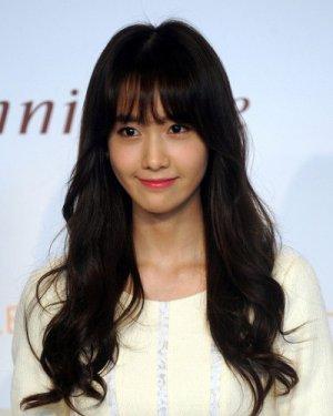 林允儿空气刘海: 韩式空气刘海发型可是今年的爆款,蓬松空气刘海搭配