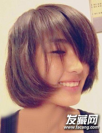 笑容灿烂而洒脱,自然内扣短发,刘海遮眼,俏皮可爱.
