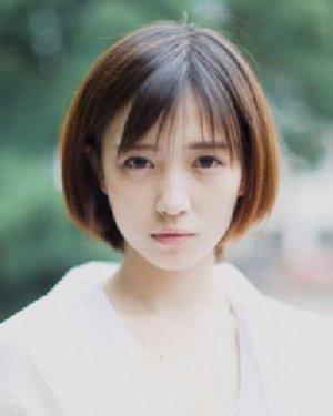 发尾整齐的短直发发型 变清纯学生妹