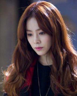 什么发型显脸小 甜美韩式披肩中分卷发图片