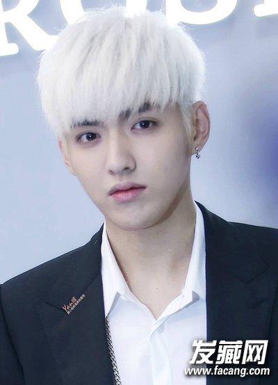导读:吴亦凡 除了鹿晗,吴亦凡也很喜欢白发的造型,一头炫酷白发搭配帅