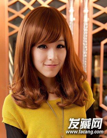 过年染什么颜色头发好看 候感暖色系中分造型(6)  导读:一款甜美可爱