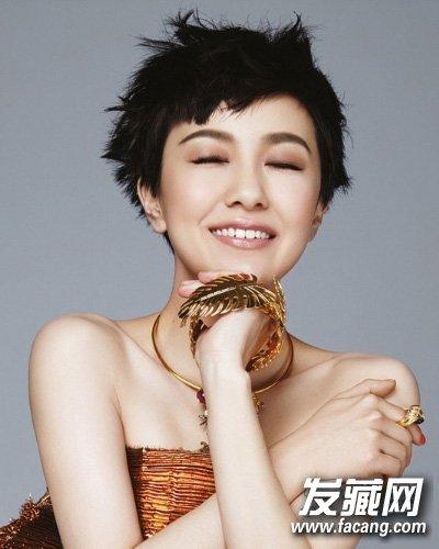 郭采洁的齐耳短发搭配半额刘海,俏皮可爱感十足,超短的造型,清爽