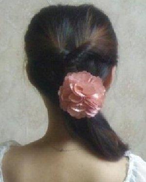 温婉甜美颇有淑女范 花朵发饰点亮春季
