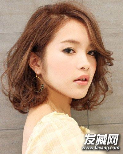 浅棕色的中短款卷发发型 日系卷发席卷春夏(7)