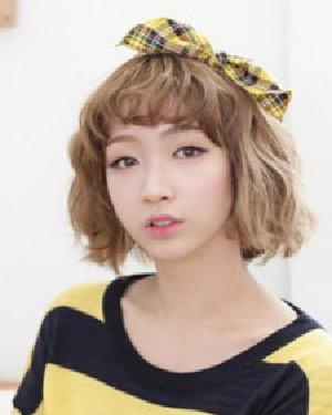 2015韩国女生短发 浅色系的亚麻色染发时尚吸睛