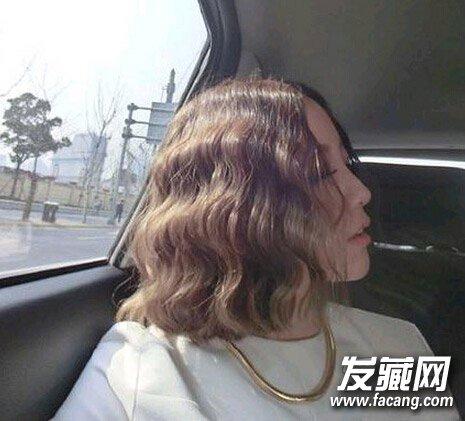 顶着泡面卷的短发美女,除了精致的五官外,这一头如泡面般的卷发图片