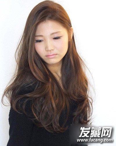 极具女人味的一款韩式中长卷发烫发,染色发丝自然莹亮,随性的披肩图片