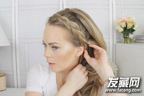 step  :刘海编发的结束位置在耳朵处,记得用发夹把头发固定好哦图片