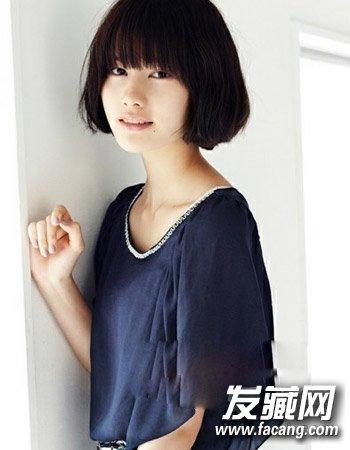 可爱的日式短发烫发,小卷发型的设计凸显出别致的时尚感来,甜美的