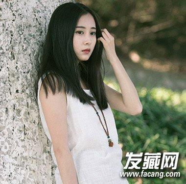 导读:最后是一款最为简单的鹅蛋脸女生适合的 中长发发型 ,时尚的中分