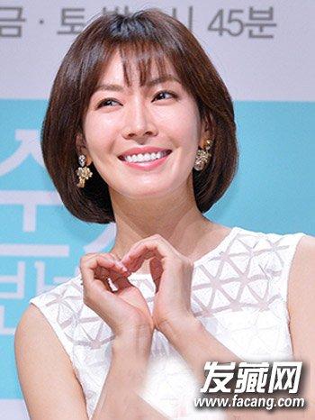 清新俏皮的韩式齐刘海短发,内蓬效果的短发更显蓬松有型,中短发