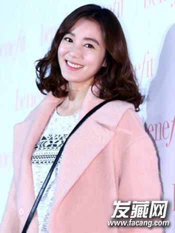 韩式斜刘海和中长发 披肩卷发发型充满女人味(7)图片