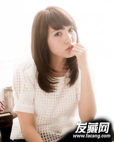 斜刘海是很适合宽脸女生的一款修颜发型,浅棕色的长发扎简单的马尾辫图片