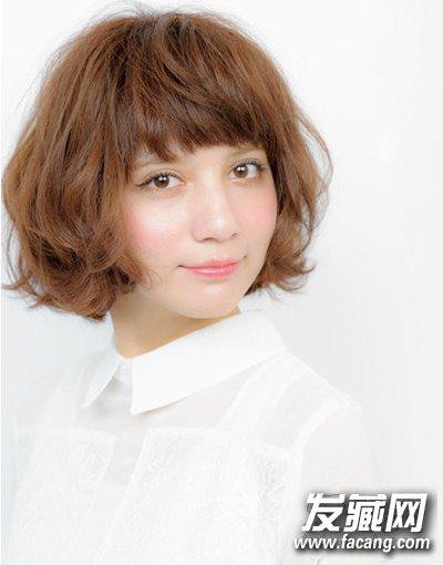 发型点评:厚重的刘海故意打造出凌乱的层次感,修饰额头凸显图片