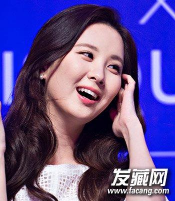 圆脸mm必学的一款韩式披肩长发发型,侧分发设计留出长刘海修饰图片