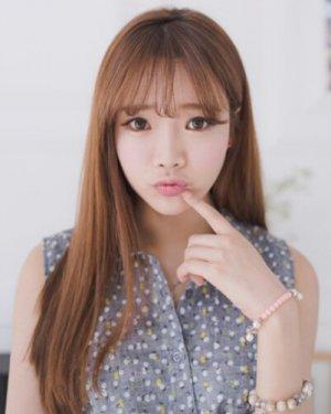 空气刘海长直发发型 搭配深棕色染发更显甜美迷人