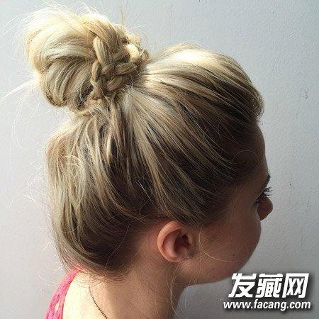清爽丸子头发型是夏天女生的最爱,在单调丸子头的基础上加上一点编发