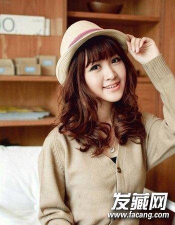 导读:韩式中长发烫发发型7: 简单的齐刘海造型设计可是最显女生的可爱