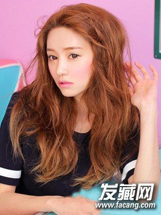 侧分的露额长发加上韩式烫发设计打造出丰厚的发量感,蓬乱的卷发发丝图片
