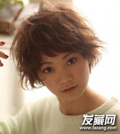 卷发发型(8)  导读:蓬松的发丝增加了一丝的活力,韩式斜分刘海的设计