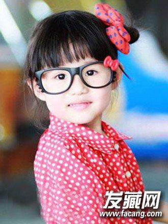 小女孩发型绑扎方法介绍(6)  导读:扎个可爱的小啾啾,头发盘在一侧戴