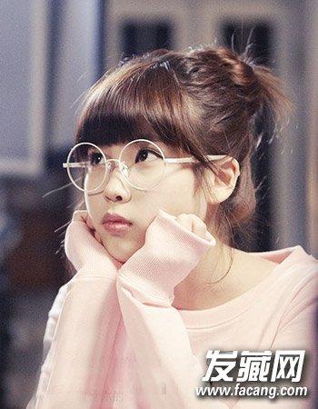 一款女生丸子头扎发发型,齐刘海搭配圆框的精致眼镜,可爱呆萌超美丽.