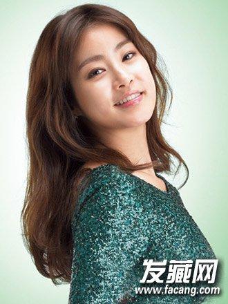 韩国最新流行中长发图片(3)  导读:很有御姐气场的一款中分 卷发发型图片