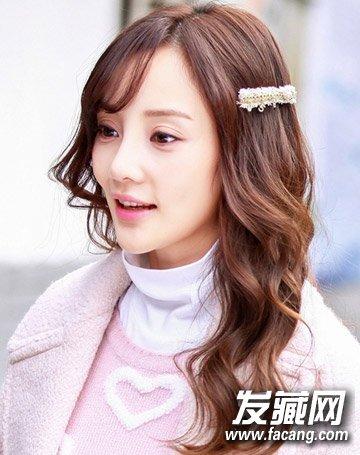 辣妈李小璐一直以来比较偏爱公主发型,一款可爱浪漫的卷发搭配空气感