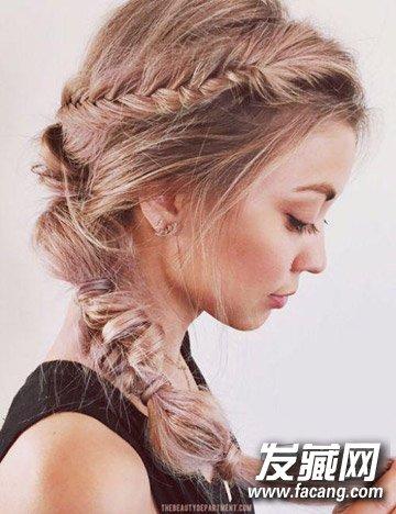 扎法图解: 留出两簇头发,将其余头发在身后扎个松松的马尾 →秋去冬