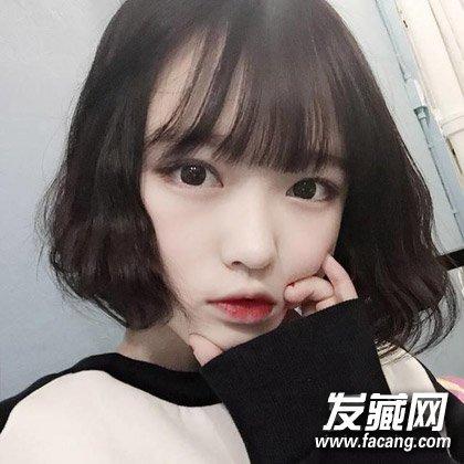 刚到眉毛的平刘海让双眼显得很是无辜,脸庞蓬松小卷发设计更显可爱